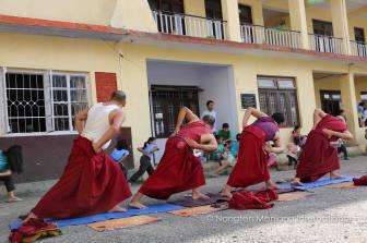 vienuoliai praktikuoja Lu Jong